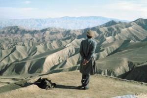 Le commandant Massoud face à la vallée du Panshir, Afghanistan, 1998. © Pascal Maitre / Cosmos